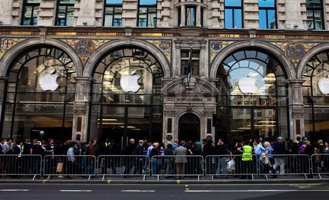 fan in fila davanti agli apple store al day one