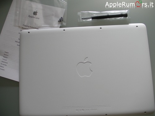 Programma sostituzione Apple, arriva in redazione il Bottom Case di ricambio del MacBook Bianco