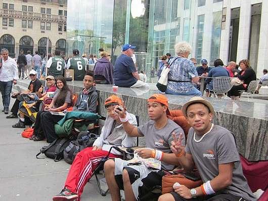 Fan in attesa dell'iPhone: già tutti in fila davanti agli Apple Store