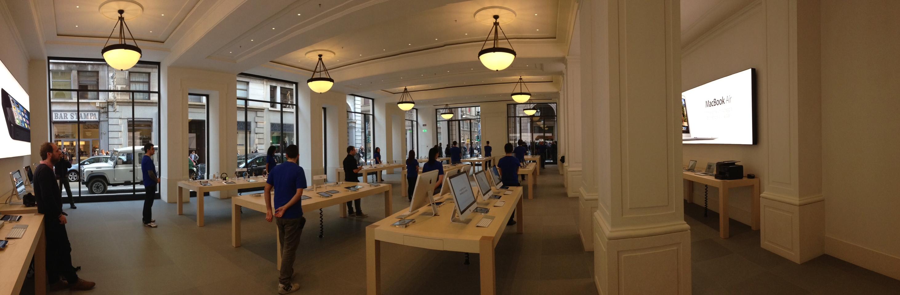 Apple Store di Torino, dei ladri sfondano il vetro