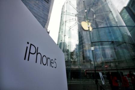 Follia cinese: bruciati iPhone cartacei in onore dei defunti