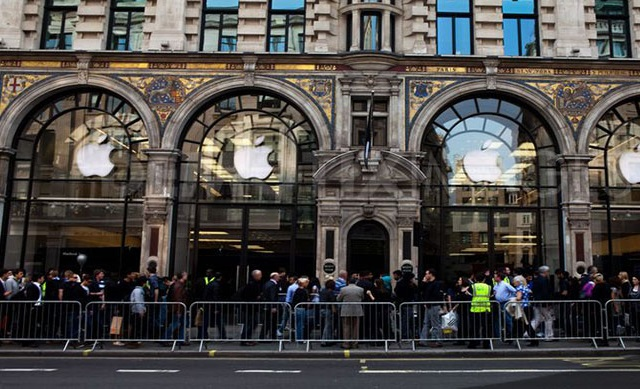 fan in fila davanti agli apple store al day one